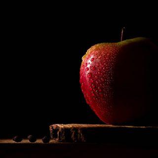 apple closeup closeupshot detail foodphotography gradual healthy lowkey lowkeyphotography onelight onelightsetup rustic sidelight waterdrops woodplate