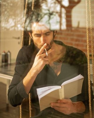 finestra coloricaldi libro sigaretta modello riflesso fashion casual book serviziofoto milano giornatauggiosa pbphotography nikon elinchrom manfrotto