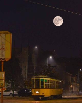 luna lunapiena halloween milano atm tram notte piazzaaspari cittastudi halloween2020