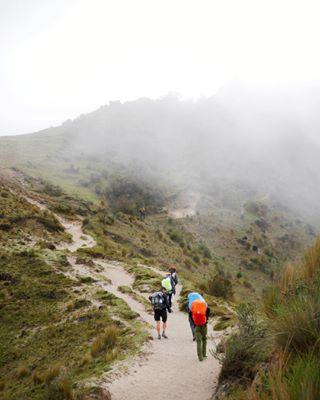 caminar ecuador fog friends hike mountains nature naturelovers people quilotoa quilotoatrek southamerica studyabroad sudamerica throwback travel trek trip viajar viajaresvivir volcano