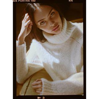 afternoon analog autumn cosy filmphotography light mamiya645 model portrait sweater test